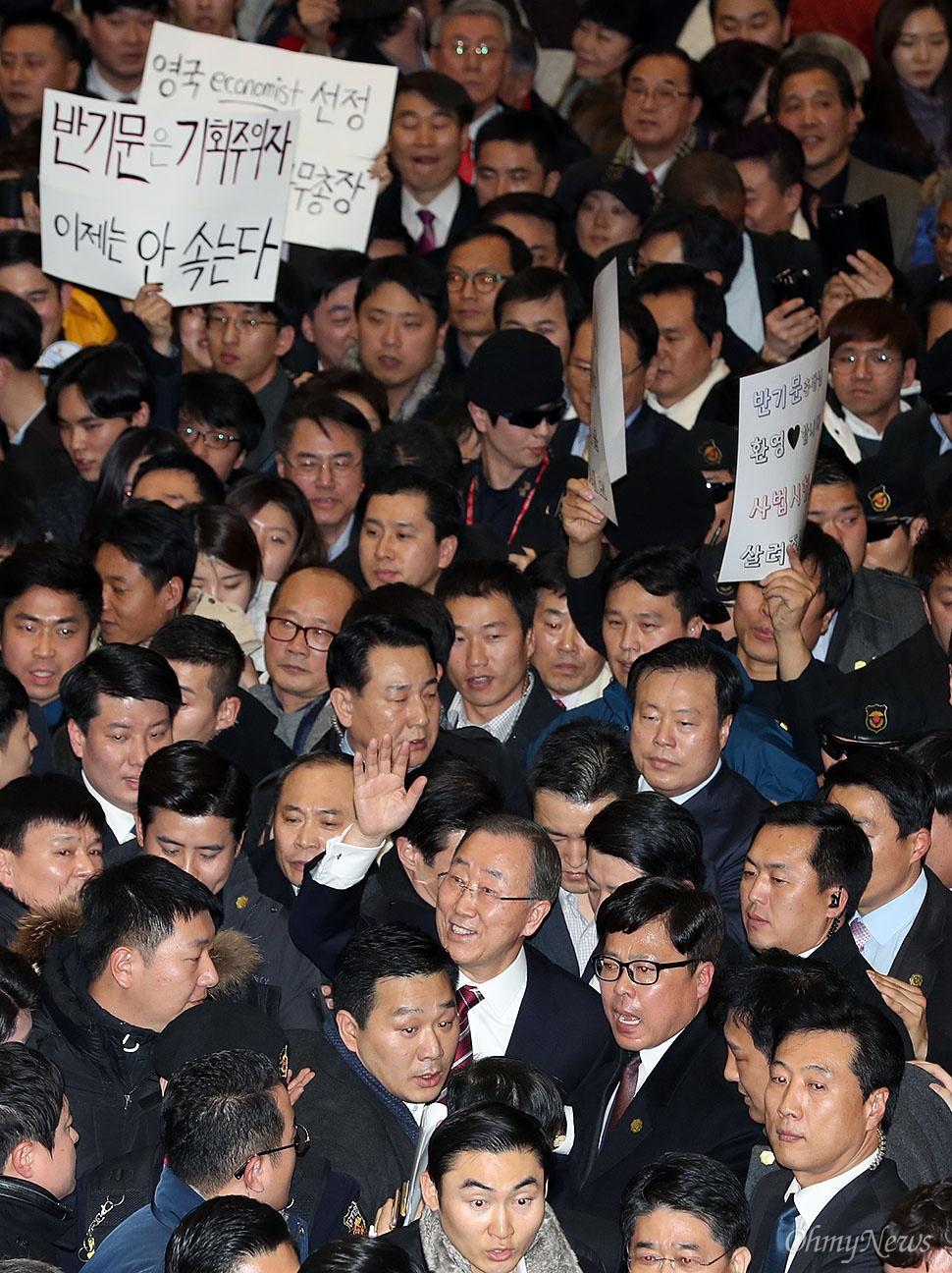 반기문 입국장 '인산인해' 반기문 전 유엔 사무총장이 12일 오후 인천국제공항에 도착해 인파에 둘러싸인 채 이동하고 있다.