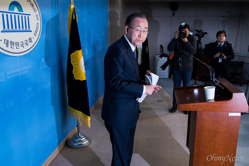 대선 불출마 선언하는 반기문  반기문 전 유엔사무총장이 1일 오후 서울 국회 정론관에서 긴급 기자회견을 열고 대선 불출마 선언을 하고 돌아서고 있다.