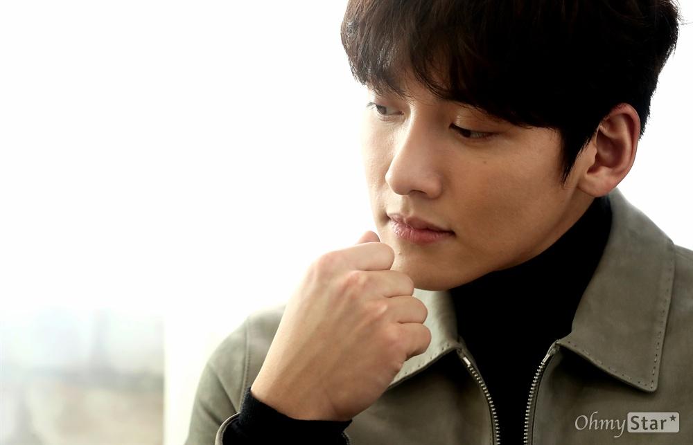 영화 <조작된 도시>에서 권유 역의 배우 지창욱이 1일 오후 서울 팔판동의 한 카페에서 포즈를 취하고 있다.