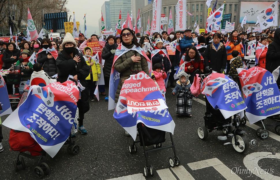 박근혜 탄핵 반대 집회, 국민의례하는 참가자들 4일 오후 서울 중구 덕수궁 대한문 앞에서 열린 '제11차 박근혜 대통령 탄핵기각을 위한 국민 총궐기 대회'에 유모차를 끌고 온 참가자와 시민이 국민의례를 하고 있다.
