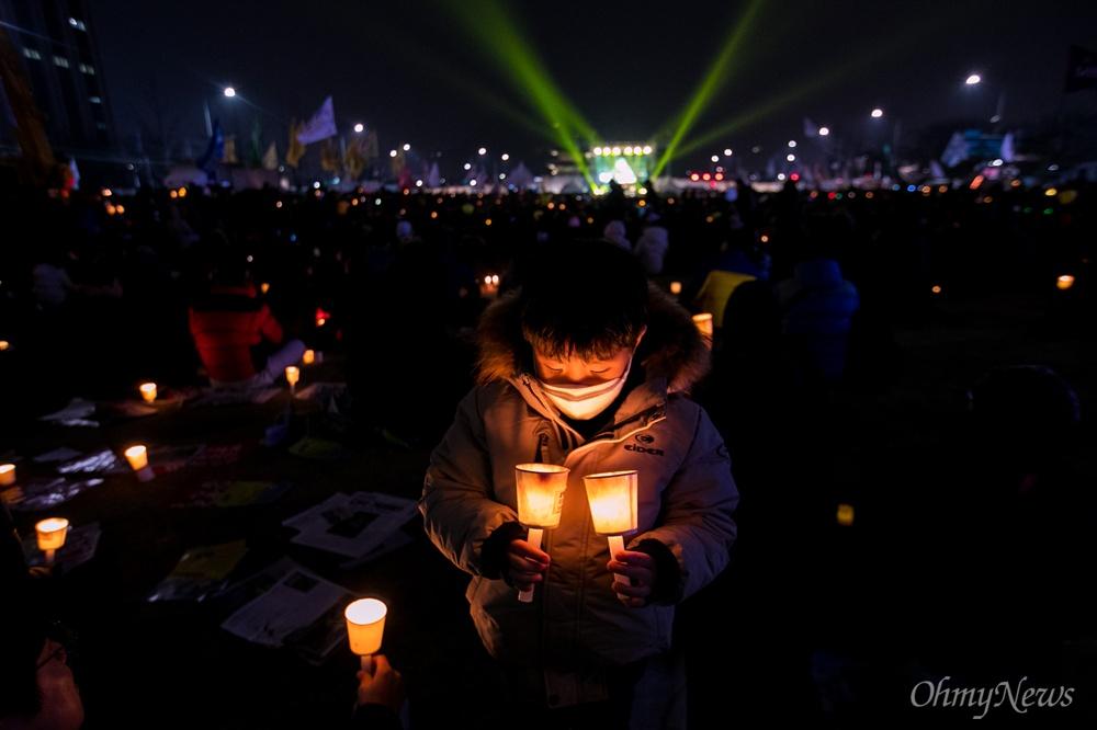 4일 오후 서울 종로구 광화문광장에서 열린 '2월에는 탄핵하라-14차 범국민행동의 날' 집회에 참가한 시민들이 촛불을 밝히고 있다.
