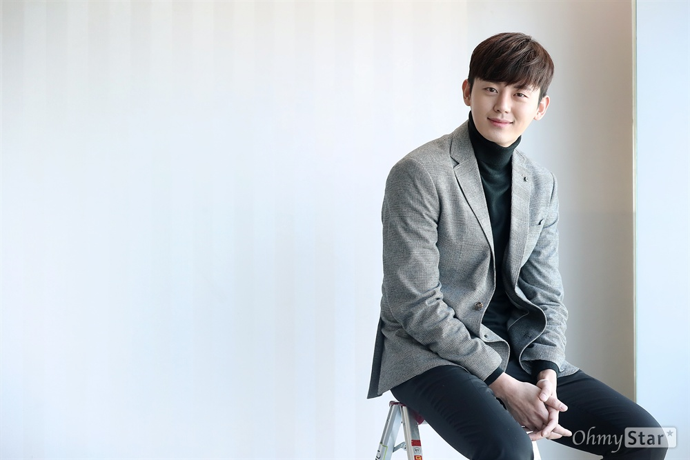 SBS드라마 <푸른 바다의 전설>에서 허치현 역의 배우 이지훈이 6일 오전 서울 상암동 오마이뉴스 사무실에서 인터뷰에 앞서 포즈를 취하고 있다.