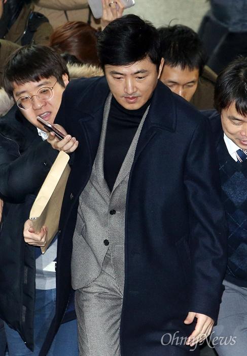 고영태 전 더블루K 이사가 6일 오후 서울 서초구 서초동 서울중앙지방법원에 열린 '최순실 등 국정농단 사건 9차 공판'에 증인으로 출석하고 있다.