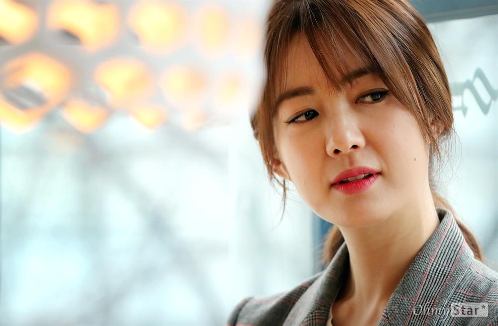 영화 <그래, 가족>에서 수경 역의 배우 이요원이 8일 오후 서울 소격동의 한 카페에서 인터뷰에 앞서 포즈를 취하고 있다.