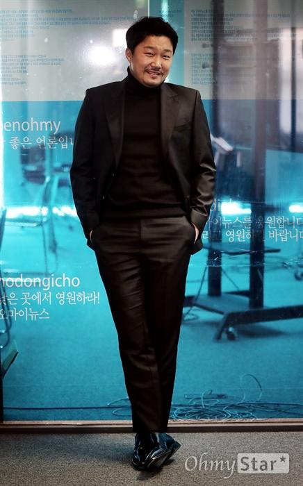 영화 <재심>에서 악질 형사 백철기 역의 배우 한재영이 14일 오후 서울 상암동 오마이뉴스 사무실에서 인터뷰에 앞서 포즈를 취하고 있다.