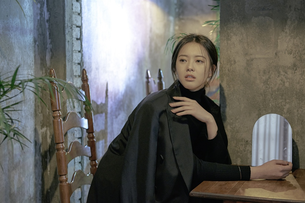 KBS 2TV 수목드라마 <화랑>에서 아로 역을 맡은 배우 고아라가 21일 오후 인터뷰 전 포토타임을 갖고 있다. 배우 고아라는 <화랑>에서 진골 아버지와 천인 어머니 사이에서 태어나 무시를 당하기도 하지만 씩씩하게 삶을 살아가는 아로 역할을 맡았다.