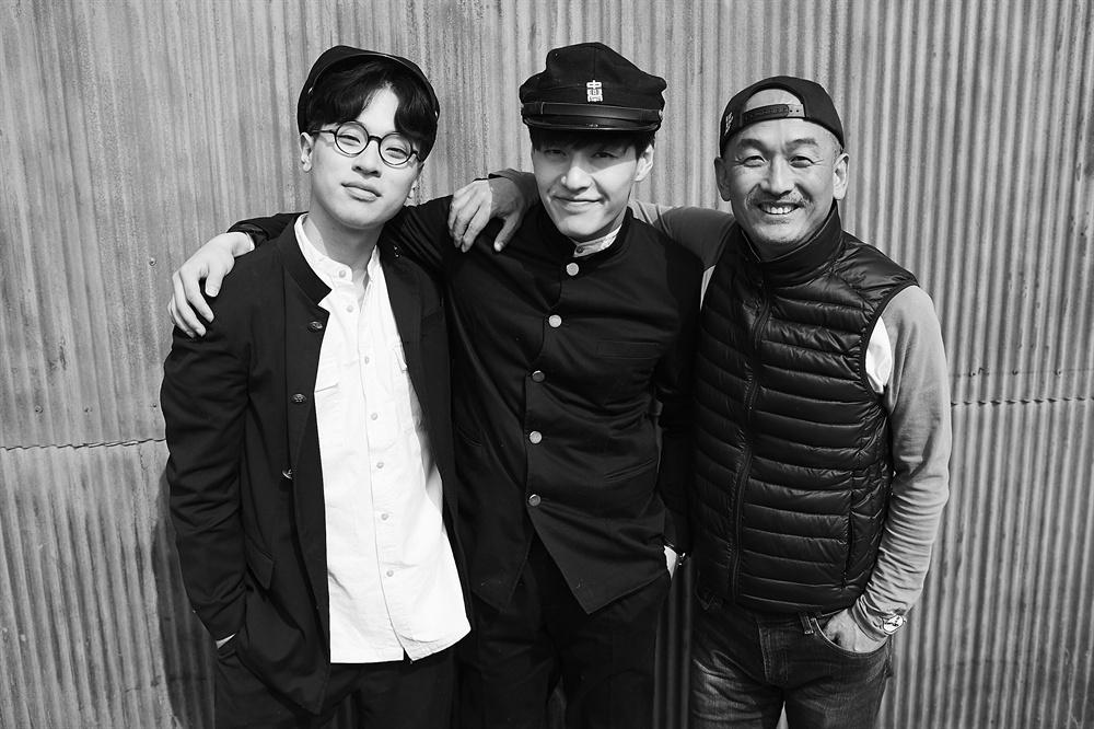 영화 <동주> 촬영 현장. 송몽규 역의 박정민과 윤동주 역의 배우 강하늘, 그리고 이준익 감독의 모습(왼쪽부터).