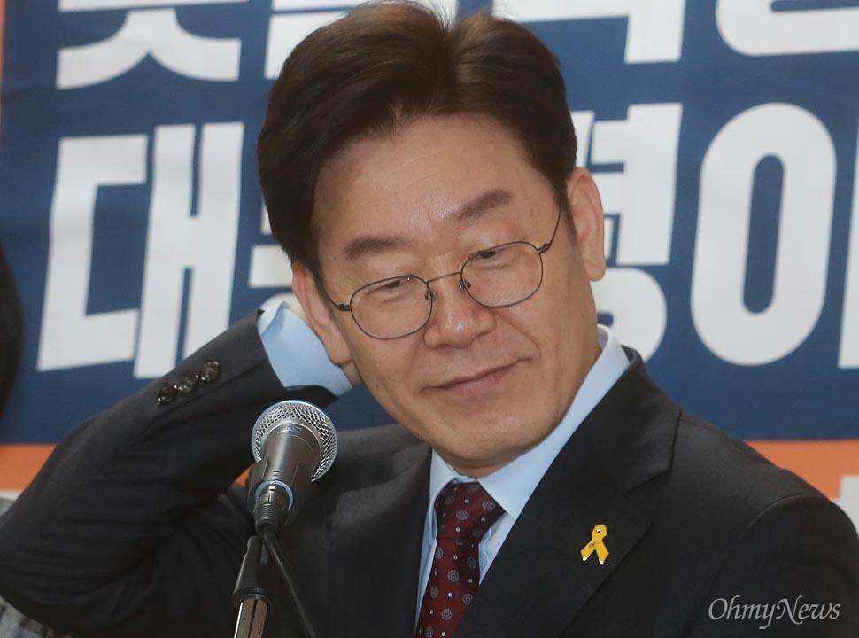 이재명 '네거티브 이미지 어떻게 고칠까'  이재명 성남시장은 23일 오전 서울 여의도에 위치한 자신의 캠프에서 촛불혁명을 실현하기 위한 정책 공약을 발표하던 도중 기자들의 질문에 머리를 매만지고 있다.
