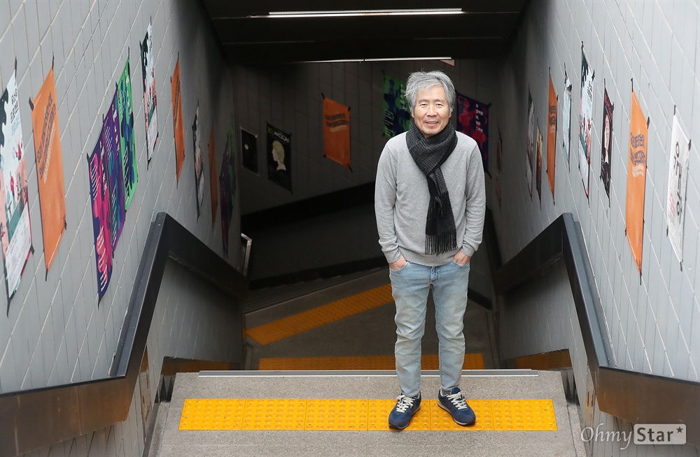 최백호, 가수 인생 40년 맞은 뮤지스탕스 대장  가수 최백호가 22일 오전 서울 마포대로에 위치한 한국음악발전소 뮤지스탕스 내 작업실에서 인터뷰에 앞서 포즈를 취하고 있다. 최백호는 올해로 가수 인생 40주년을 맞았으며 현재 한국음악발전소 뮤지스탕스 대장을 맡고 있다.