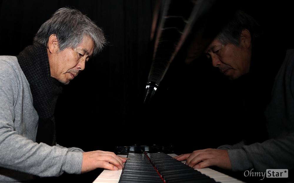 최백호, 가수 인생 40년 맞은 뮤지스탕스 대장 가수 최백호가 22일 오전 서울 마포대로에 위치한 한국음악발전소 뮤지스탕스 내 작업실에서 인터뷰에 앞서 피아노 연주 시범을 보여주고 있다. 최백호는 올해로 가수 인생 40주년을 맞았으며 현재 한국음악발전소 뮤지스탕스 대장을 맡고 있다.