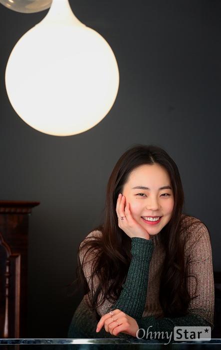 영화 <싱글라이더>에서 지나(유진아) 역의 배우 안소희가 23일 오후 서울 소격동의 한 카페에서 인터뷰에 앞서 포즈를 취하고 있다.