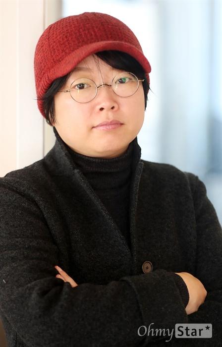 영화 <싱글라이더>의 이주영 감독이 23일 오후 서울 소격동의 한 카페에서 인터뷰에 앞서 포즈를 취하고 있다.
