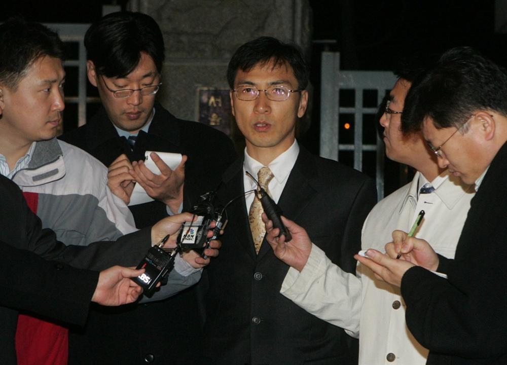 만기출소한 안희정 정치자금법 위반 혐의로 기소됐던 안희정 지사가 2004년 12월 10일 서울구치소에서 만기출소, 기자회견을 하는 모습