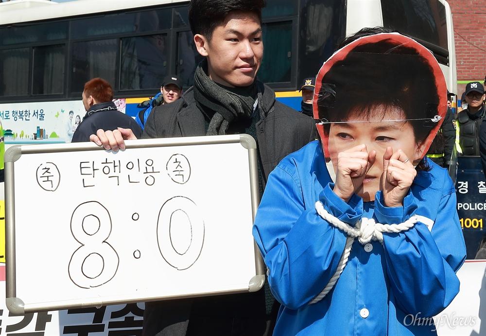 청와대앞 '박근혜 구속' 퍼포먼스 10일 오전 헌법재판소가 박근혜 대통령 탄핵을 '만장일치'로 인용한 가운데, 대학생들이 청와대앞 청운효자주민센터앞에서 '8:0' 만장일치 탄핵인용을 환영하며 '박근혜 구속' 퍼포먼스를 펼치고 있다.