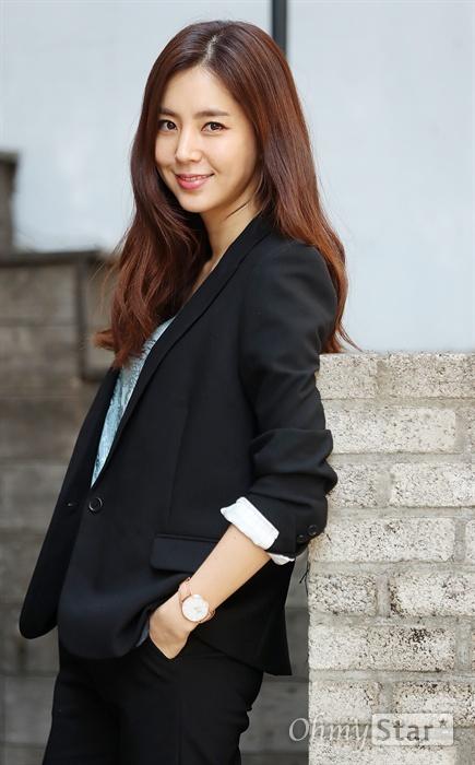 영화 <비정규직 특수요원>에서 경찰청 미친X 형사 나정안 역의 배우 한채아가 10일 오후 서울 삼청동의 한 카페에서 인터뷰에 앞서 포즈를 취하고 있다.