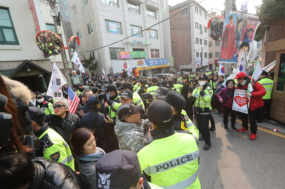 12일 오후 서울 강남구 삼성동 박근혜 전 대통령 자택 앞에서 지지자들이 탄핵에 항의하는 시위를 하고 있다.