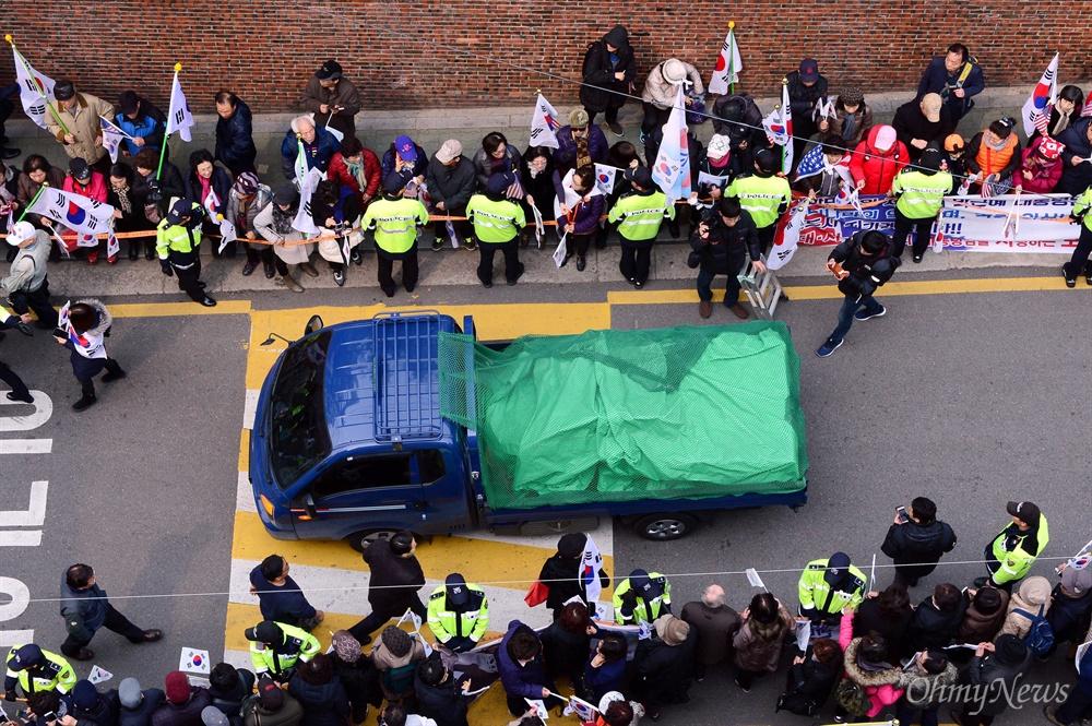 헌법재판소가 박근혜 전 대통령에 대한 파면을 결정한지 사흘째인 12일 오후 서울 강남구 삼성동 박 전 대통령 자택에서 이삿짐 트럭이 짐을 가득 싣고 나오고 있다.
