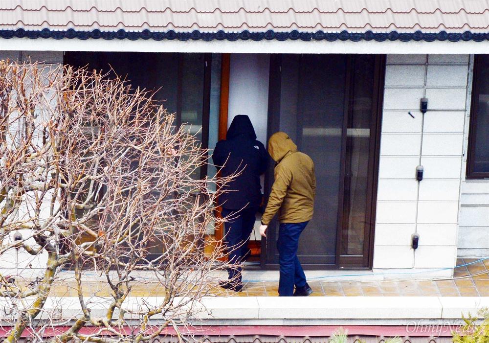 헌법재판소가 박근혜 전 대통령에 대한 파면을 결정한지 사흘째인 12일 오후 서울 강남구 삼성동 박 전 대통령 자택에서 청와대 경호팀 관계자들이 안전을 위해 수색을 하고 있다.