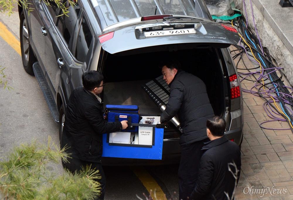 헌법재판소가 박근혜 전 대통령에 대한 파면을 결정한지 사흘째인 12일 오후 서울 강남구 삼성동 박 전 대통령 자택에서 인터넷설치 업체 관계자들이 통신장비를 내리고 있다.