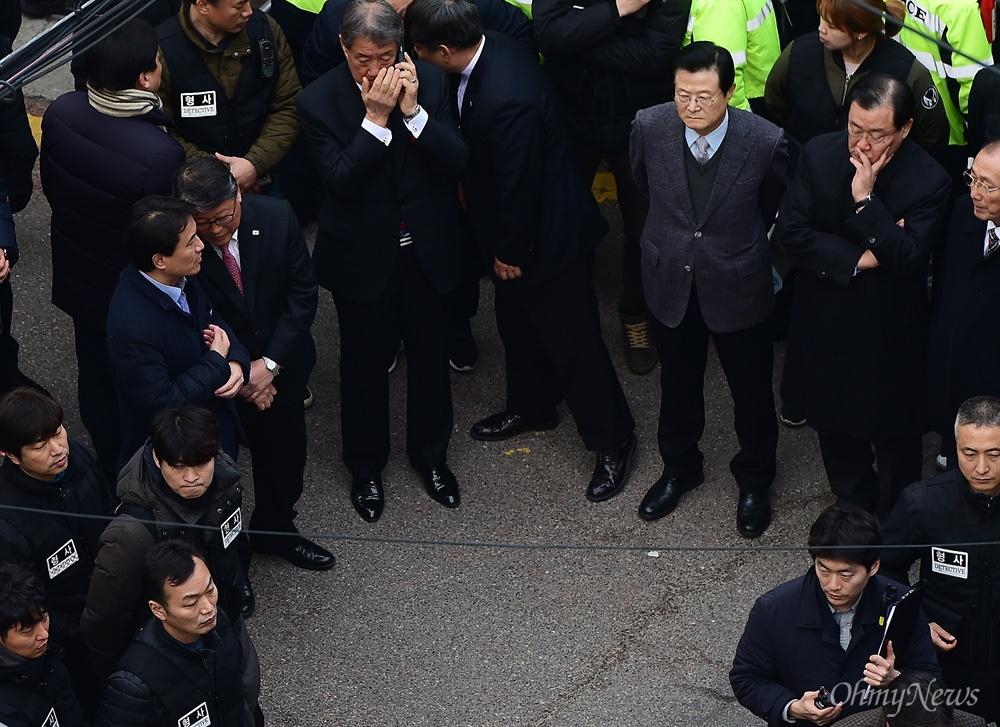 박근혜 전 대통령이 헌법재판소의 탄핵심판 인용으로 파면된지 사흘째인 12일 오후 서울 삼성동 자택에 지지자들과 친박 의원들이 박 전 대통령을 기다리고 있다.