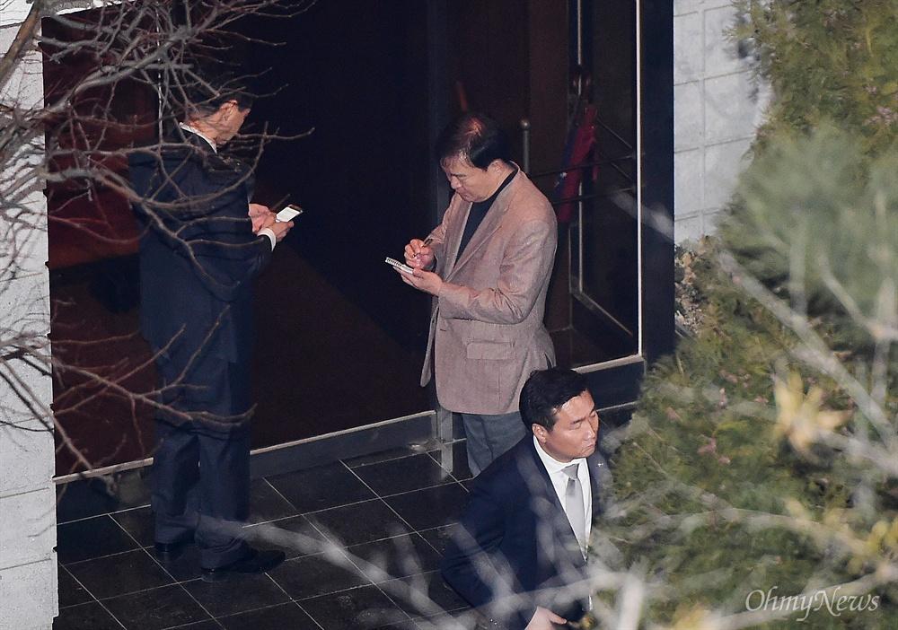 박근혜 전 대통령이 헌법재판소의 탄핵심판 인용으로 파면된지 사흘째인 12일 오후 서울 삼성동 자택에 박 전 대통령이 들어선 뒤 민경욱 전 청와대 대변인이 자택 입구에서 메모를 하고 있다.