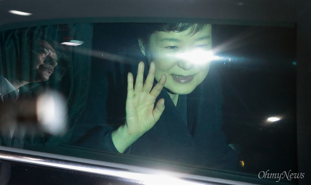 미소 지으며 손 흔드는 박근혜 헌법재판소의 파면(탄핵인용) 선고 후 이틀만인 12일 오후 박근혜 전 대통령이 청와대를 떠나 서울 강남구 삼성동 자신의 집으로 돌아오며, 지지자들을 향해 미소 지으며 손을 흔들고 있다.