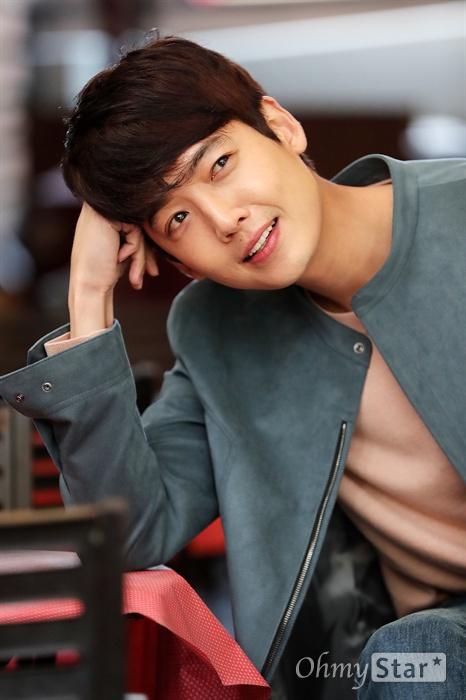 MBC수목미니시리즈 <미씽나인>에서 서준오 역의 배우 정경호가 13일 오전 서울 신사동의 한 카페에서 인터뷰에 앞서 포즈를 취하고 있다.
