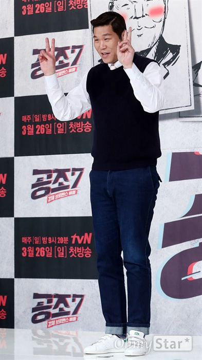 '공조7' 서장훈, 완전 방송인 방송인 서장훈이 17일 오전 서울 영등포의 한 웨딩홀에서 열린 tvN 예능 <공조7> 제작발표회에서 포토타임을 갖고 있다. <공조7>은 예능계 대부부터 대세 방송인까지 7명이 최고의 콤비 자리를 두고 벌이는 강제 브로맨스 배틀 프로그램이다. 26일 일요일 오후 9시 20분 첫 방송.
