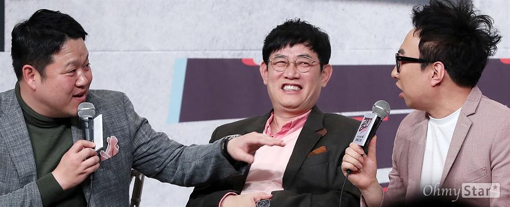 '공조7' 김구라-박명수, 불안불안한 옥신각신 방송인 김구라와 개그맨 박명수가 17일 오전 서울 영등포의 한 웨딩홀에서 열린 tvN 예능 <공조7> 제작발표회에서 예능대부 이경규를 가운데 두고 옥신각신을 하고 있다. <공조7>은 예능계 대부부터 대세 방송인까지 7명이 최고의 콤비 자리를 두고 벌이는 강제 브로맨스 배틀 프로그램이다. 26일 일요일 오후 9시 20분 첫 방송.