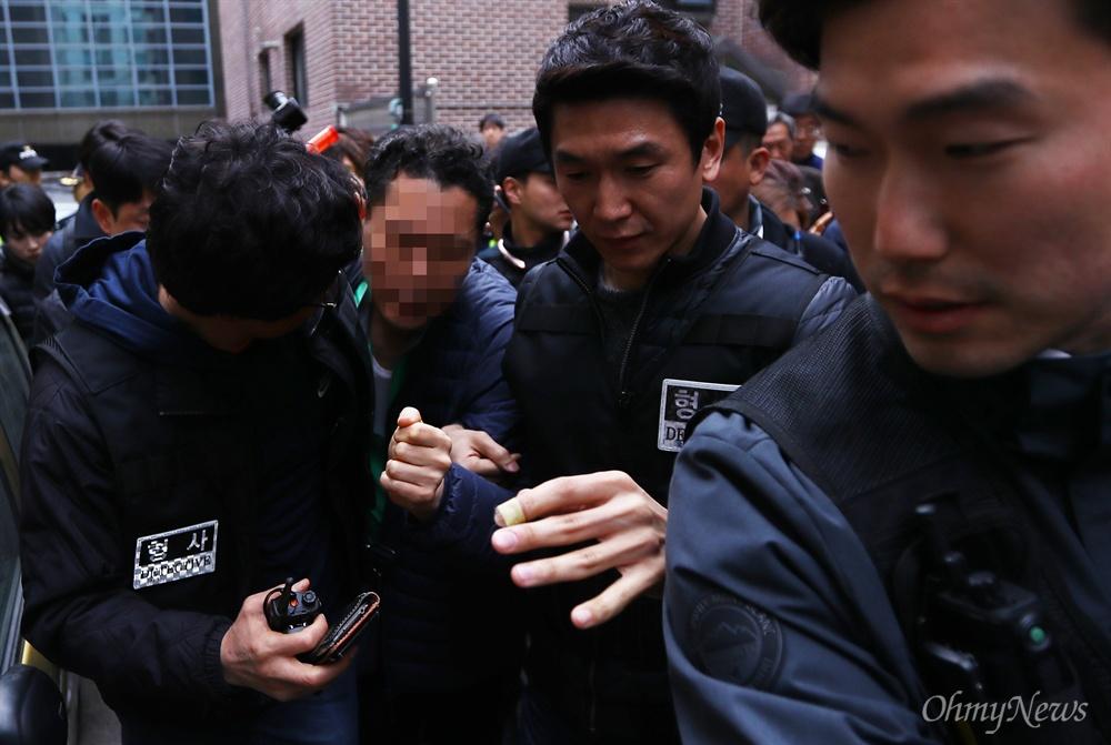 박근혜 자택앞 '알몸' 소동 20일 오후 서울 강남구 삼성동 박근혜 전 대통령 자택 앞에서 스스로를 '정도령'이라고 밝힌 한 남성이 알몸소동을 피우다 경찰에 연행되고 있다.