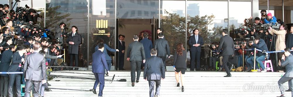 검찰 소환된 박근혜 전 대통령 헌정 사상 처음으로 파면된 박근혜 전 대통령이 21일 오전 서울 서초구 서울중앙지방검찰청에서 뇌물수수 등 혐의의 피의자 신분으로 조사를 받기 위해 청사로 들어서고 있다.