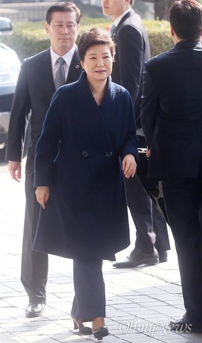 헌정 사상 처음으로 파면된 박근혜 전 대통령이 21일 오전 서울 서초구 서울중앙지방검찰청에서 뇌물수수 등 혐의의 피의자 신분으로 조사를 받기 위해 청사로 들어서고 있다.