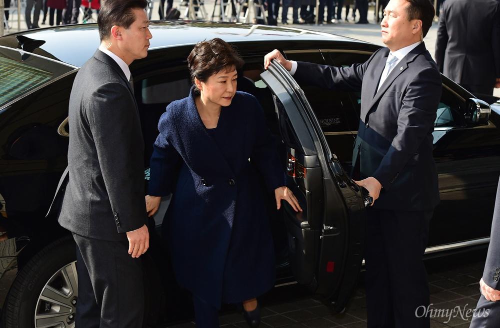 박근혜 전 대통령이 21일 서울 서초동 서울중앙지검에 피의자 신분으로 출석, 차량에서 내리고 있다. 박 전 대통령은 '비선 실세' 최순실씨의 국정농단에 공모해 뇌물수수 등 모두 13가지 범죄를 저지른 혐의를 받고 있다.