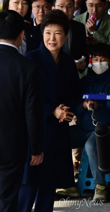 박근혜 전 대통령이 21일 서울 서초동 서울중앙지검에 피의자 신분으로 출석하고 있다. 박 전 대통령은 '비선 실세' 최순실씨의 국정농단에 공모해 뇌물수수 등 모두 13가지 범죄를 저지른 혐의를 받고 있다.