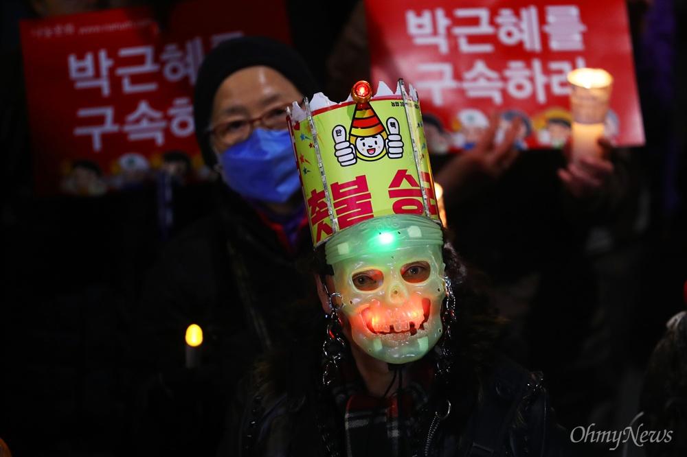 25일 오후 서울 광화문광장에서 21차 범국민행동 '촛불은 멈추지 않는다' 촛불집회 참가자들이 삼청동 총리공관을 향해 행진을 하고 있다.