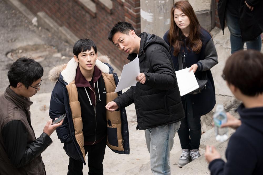 영화 <원라인> 촬영 당시 현장 모습. 배우 임시완과 양경모 감독의 모습이 보인다.