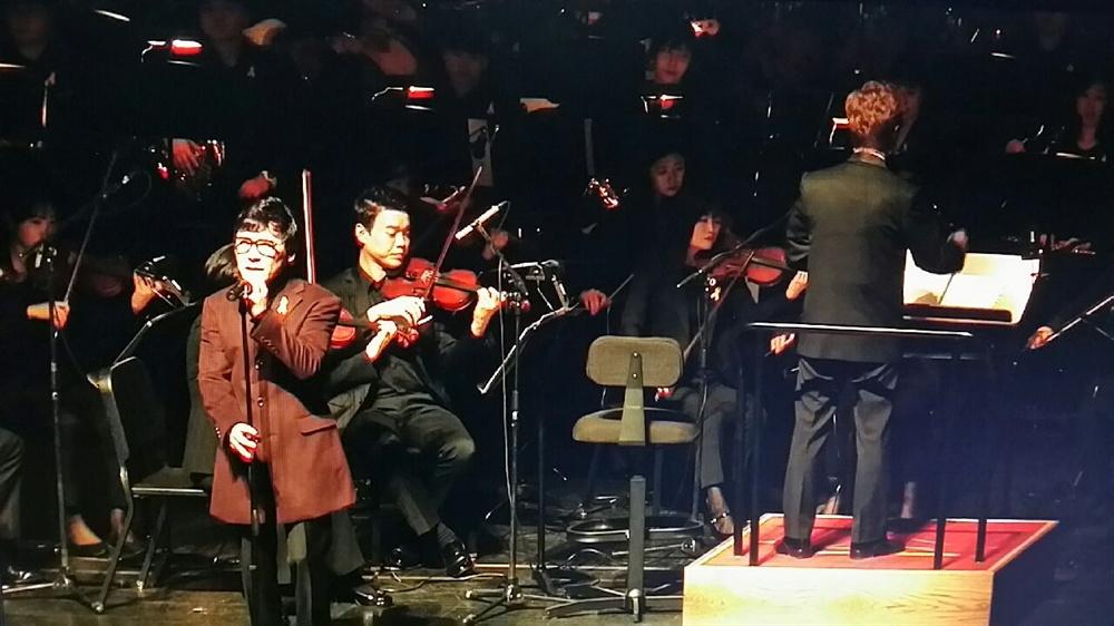 조관우 가수 조관우가 지난달 16일 대전 예술의전당 아트홀에서 열린 세월호 참사 3주기 추모공연 <기억> 무대에서 노래하고 있다.