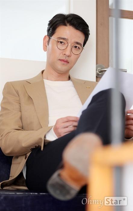 배수빈, 명품의 향기 연극 <프라이드>에서 필립 역의 배우 배수빈이 12일 오후 서울 대학로의 한 카페에서 인터뷰에 앞서 포즈를 취하고 있다.