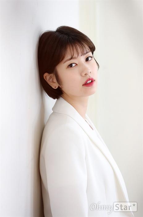 영화 <아빠는딸>에서 여고생 딸 원도연 역의 배우 정소민이 13일 오후 서울 팔판동의 한 카페에서 인터뷰에 앞서 포즈를 취하고 있다.