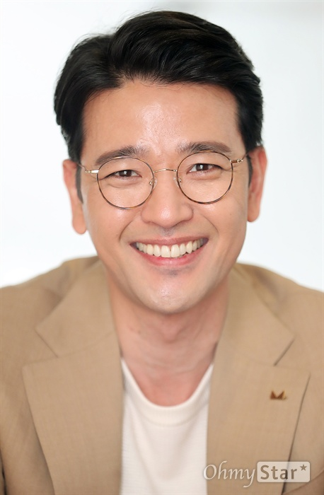 연극 <프라이드>에서 필립 역의 배우 배수빈이 12일 오후 서울 대학로의 한 카페에서 인터뷰에 앞서 포즈를 취하고 있다.