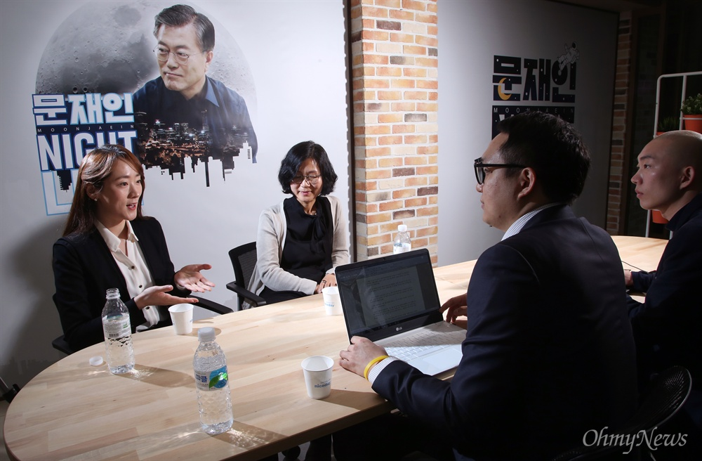 더불어민주당 문재인 대선후보 공동선대위원장을 맡고 있는 이다혜 프로바둑기사(왼쪽)와 권인숙 명지대 교수가 19일 서울 여의도 당사에서 <오마이뉴스>와 인터뷰 하고 있다.