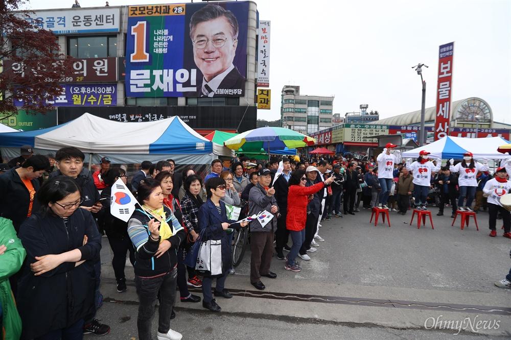 20일 오후 경기도 용인 중앙시장 자유한국당 홍준표 후보 유세를 앞두고 지지자들이 운집해 있다.