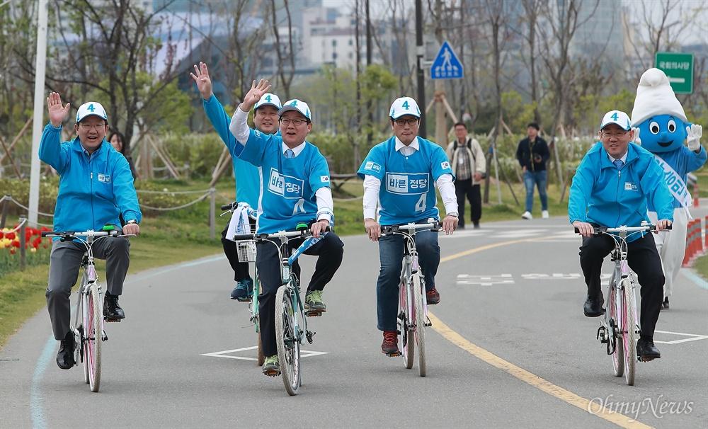 유승민 후보 '희망페달 자전거 유세단' 발대식 유승민 바른정당 후보가 21일 오후 여의도 국회 둔치에서 열린 '희망페달 자전거 유세단 발대식'에 참석했다.