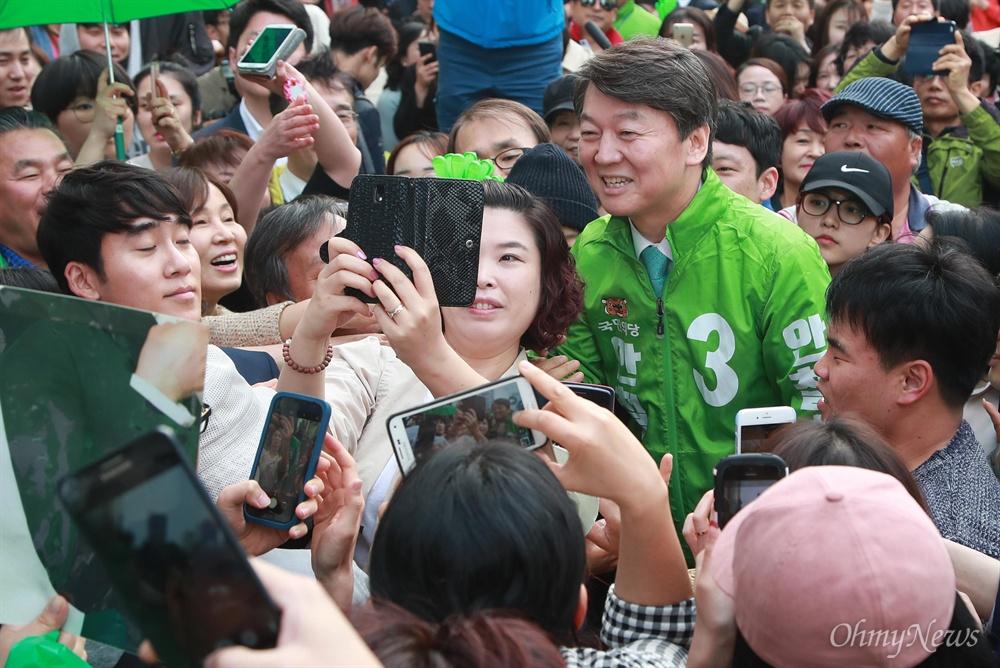 울산 찾은 안철수 시민들과 함께 사진 '찰칵' 안철수 국민의당 대선후보가 21일 오후 울산 남구 롯데호텔 앞에서 열린 '시민이 이깁니다' 울산 국민승리유세에서 시민들의 사진 요청에 응하고 있다.