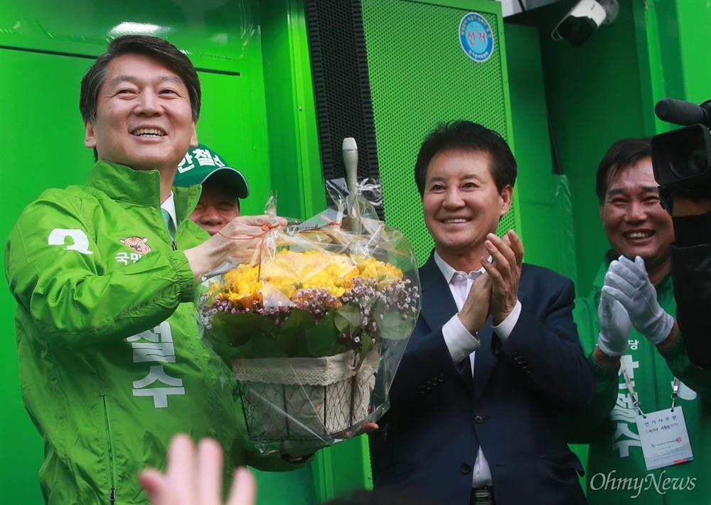 꽃다발 받고 환하게 웃는 안철수 안철수 국민의당 대선후보가 21일 오후 울산 남구 롯데호텔 앞에서 열린 '시민이 이깁니다' 울산 국민승리유세에서 한 시민으로부터 꽃다발을 받고 환하게 웃고 있다.