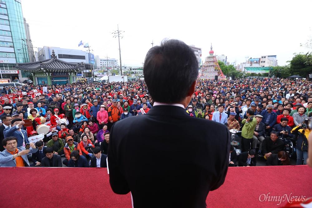 자유한국당 홍준표 후보가 21일 오후 경북 경주 경주역 광장에서 유세를 펼치고 있다.