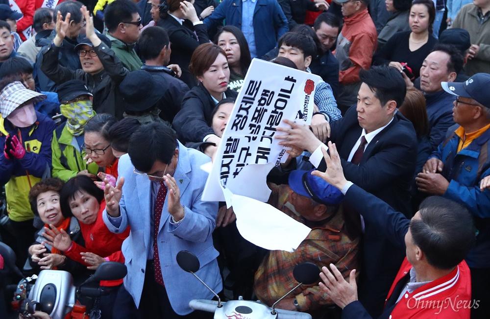'장미대선에 맞서는 청년들의 장미혁명'이라고 밝힌 청년들이 21일 오후 경북 경주 경주역 앞에서 열린 자유한국당 홍준표 후보 유세장에서 '홍준표 돼지흥분제 논란'을 비판하며 기습 피케팅을 하자 경호원등이 저지하고 있다.
