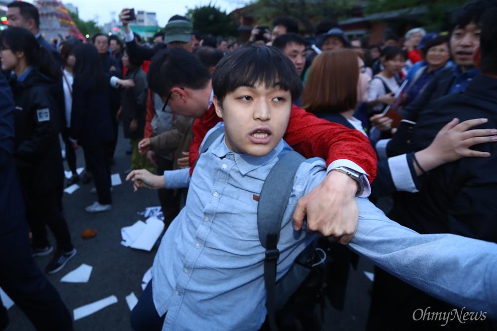 '장미대선에 맞서는 청년들의 장미혁명'이라고 밝힌 청년들이 21일 오후 경북 경주 경주역 앞에서 열린 자유한국당 홍준표 후보 유세장에서 '홍준표 돼지흥분제 논란'을 비판하며 기습 피케팅을 하다 자유한국당 홍 후보 캠프 관계자에게 끌려 나가고 있다.