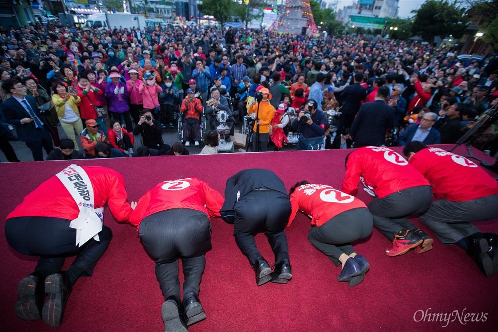 자유한국당 홍준표 후보가 21일 오후 경북 경주 경주역 광장에서 열린 유세에서 경주시민들을 향해 큰절을 하고 있다.