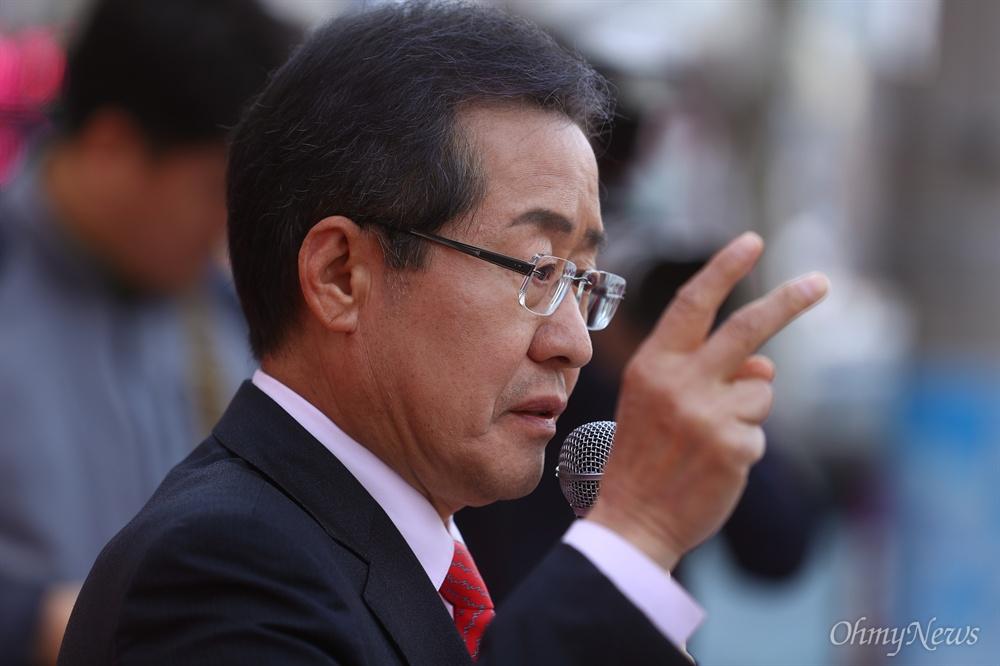 자유한국당 홍준표 대선후보가 21일 오후 경북 포항 죽도시장을 방문해 유세를 하고 있다.